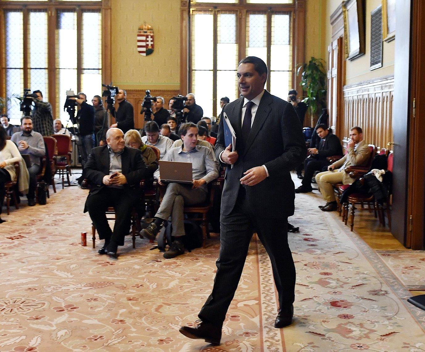 Lázár János, a Miniszterelnökséget vezető miniszter érkezik szokásos heti sajtótájékoztatójára, az Országházban 2017. február 16-án. MTI Fotó: Illyés Tibor