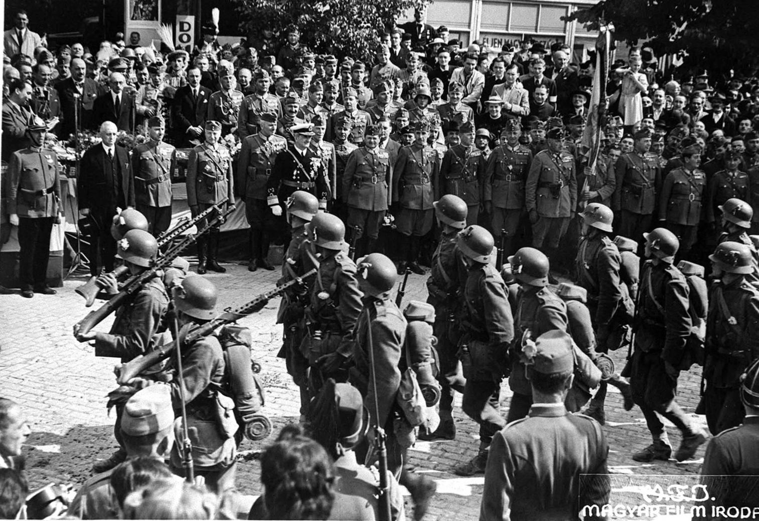 Szatmárnémeti, 1940. szeptember 6. Horthy Miklós kormányzó megtekinti a bevonuló katonák díszfelvonulását. MTI Fotó: Reprodukció
