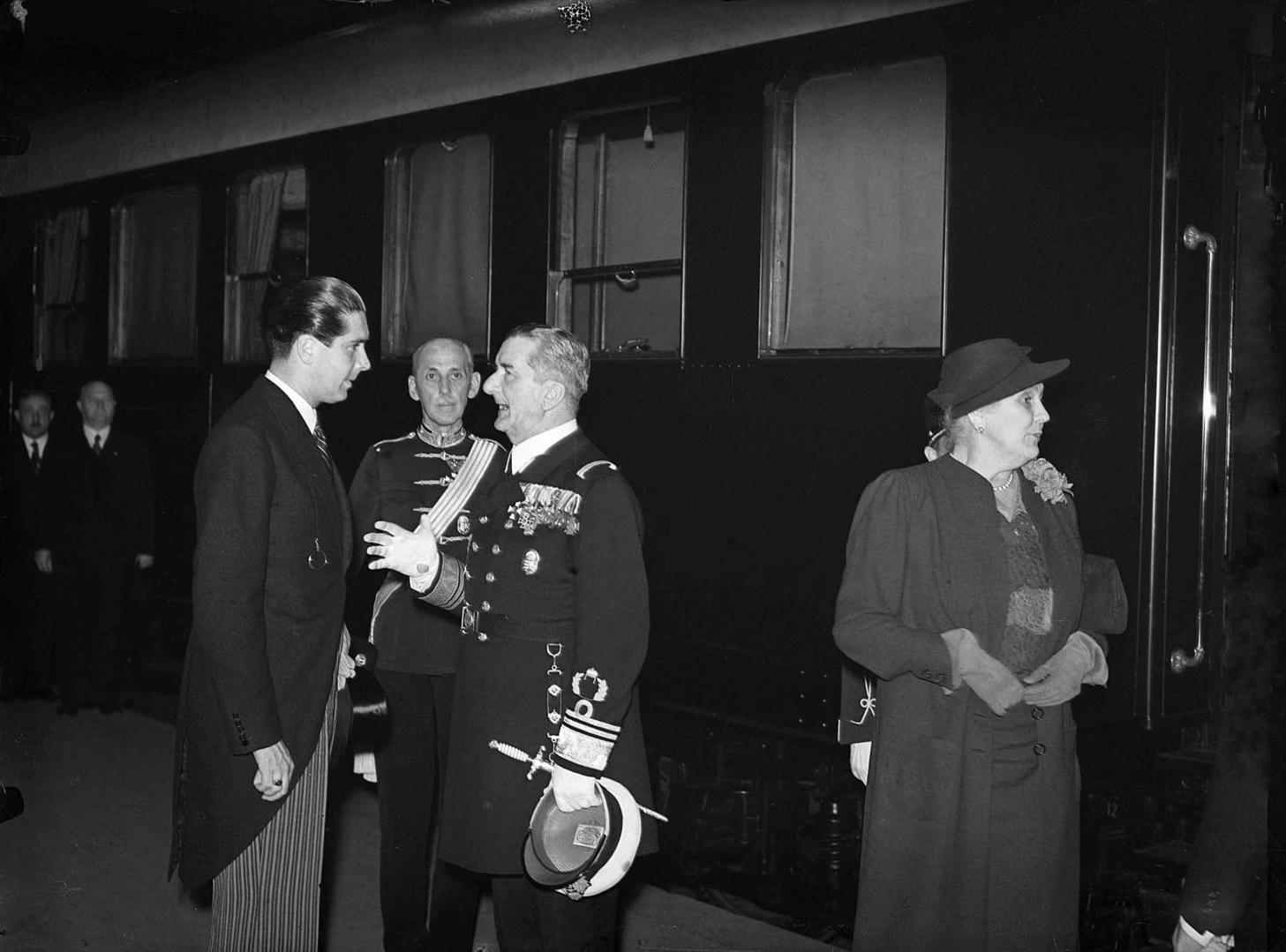 Budapest, 1938. augusztus 20. Horthy Miklós kormányzó Németországba utazik a Keleti pályaudvarról, ahol Miklós fiával beszélget a peronon. Mögöttük a Katonai Iroda vezetője, Keresztes-Fischer Lajos tábornok. A vagon ajtajánál áll a kormányzó felesége. MTI Fotó: Bojár Sándor