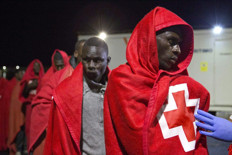 Tengerből kimentett afrikai bevándorlók érkeznek a spanyolországi Motril kikötőjébe - képünk illusztráció (Fotó: MTI/EPA/Paquet)