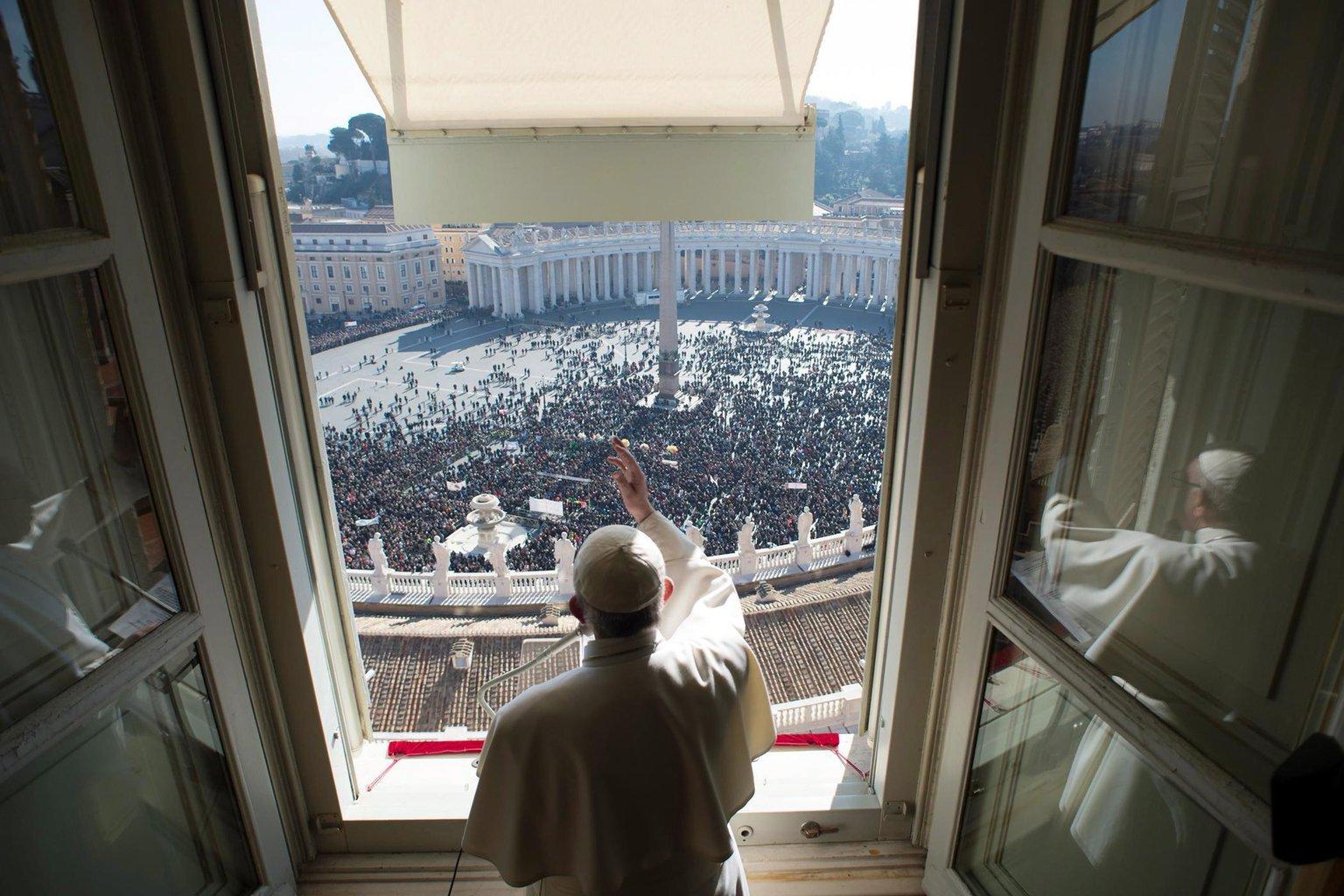 Ferenc pápa hagyományos vasárnapi Úrangyala (Angelus) imádságot mond vatikáni lakosztályának a római Szent Péter térre néző ablakából 2017. január 29-én - képünk illusztráció (Fotó: MTI/EPA/L'Osservatore Romano)