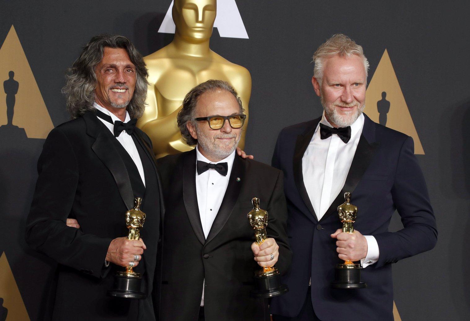 Giorgio Gregorini, Alessandro Bertolazzi és Christopher Nelson a legjobb sminknek járó díjjal a 89. Oscar-gálán a Los Angeles-i Dolby Színházban 2017. február 26-án. A maszkmestereket a Suicide Squad - Öngyilkos osztag című filmben nyújtott munkájukért díjazták. (MTI/EPA/Paul Buck)