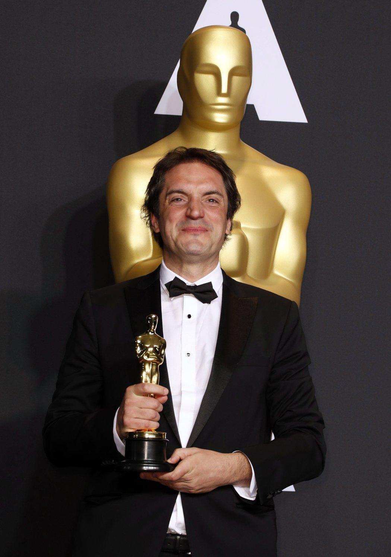 Sylvain Bellemare kanadai hangmérnök a legjobb hangvágásért járó díjjal a 89. Oscar-gálán a Los Angeles-i Dolby Színházban 2017. február 26-án. Bellemare az Érkezés (Arrival) című filmben nyújtott munkájáért részesült az elismerésben. (MTI/EPA/Paul Buck)
