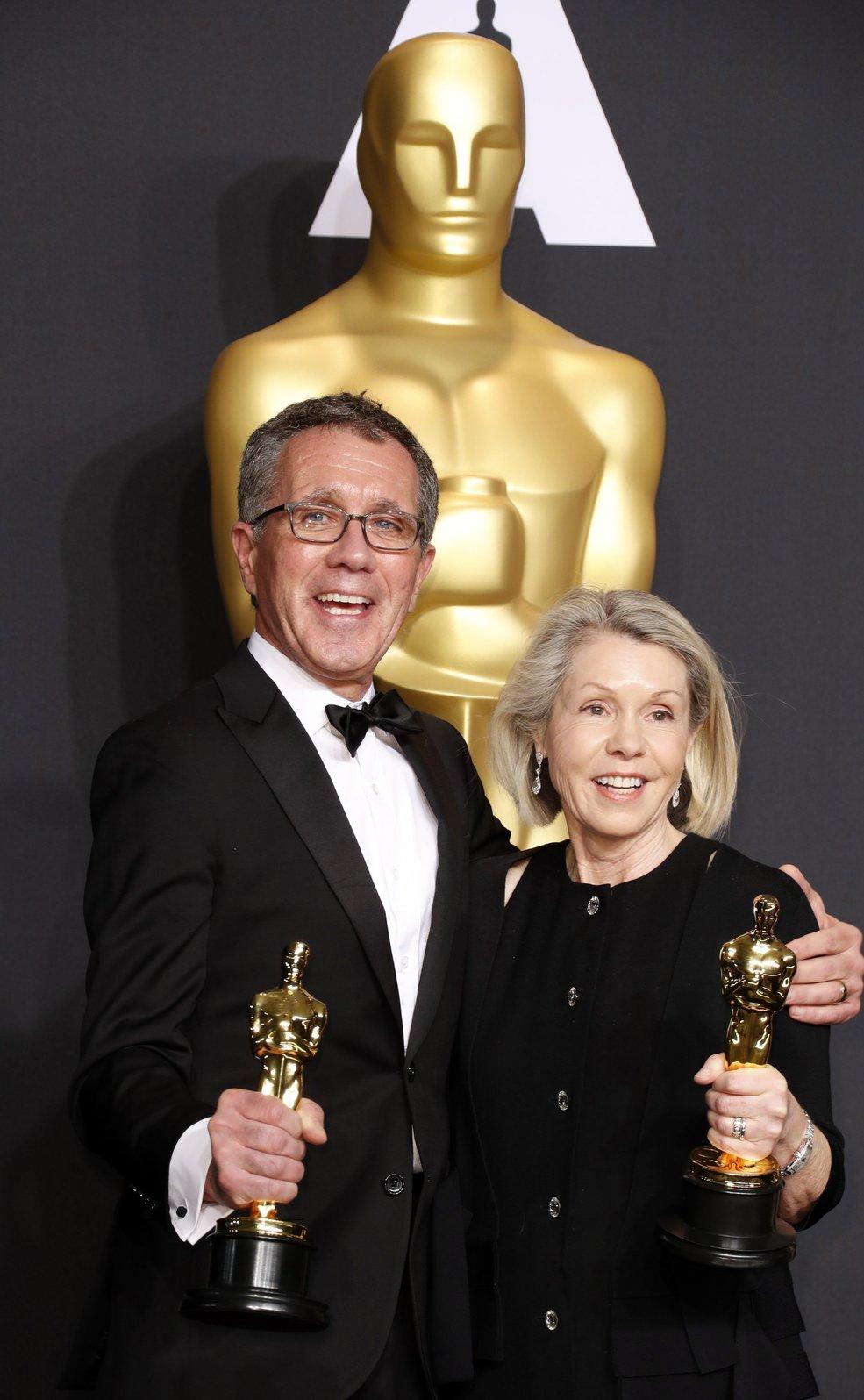 David Wasco és neje, Sandy Reynolds-Wasco a sajtószobában tartott fotózáson, miután átvették a legjobb látványtervezés díját a Kaliforniai álom című musicalért a 89. Oscar-gálán a Los Angeles-i Dolby Színházban 2017. február 26-án.  (MTI/EPA/Paul Buck)