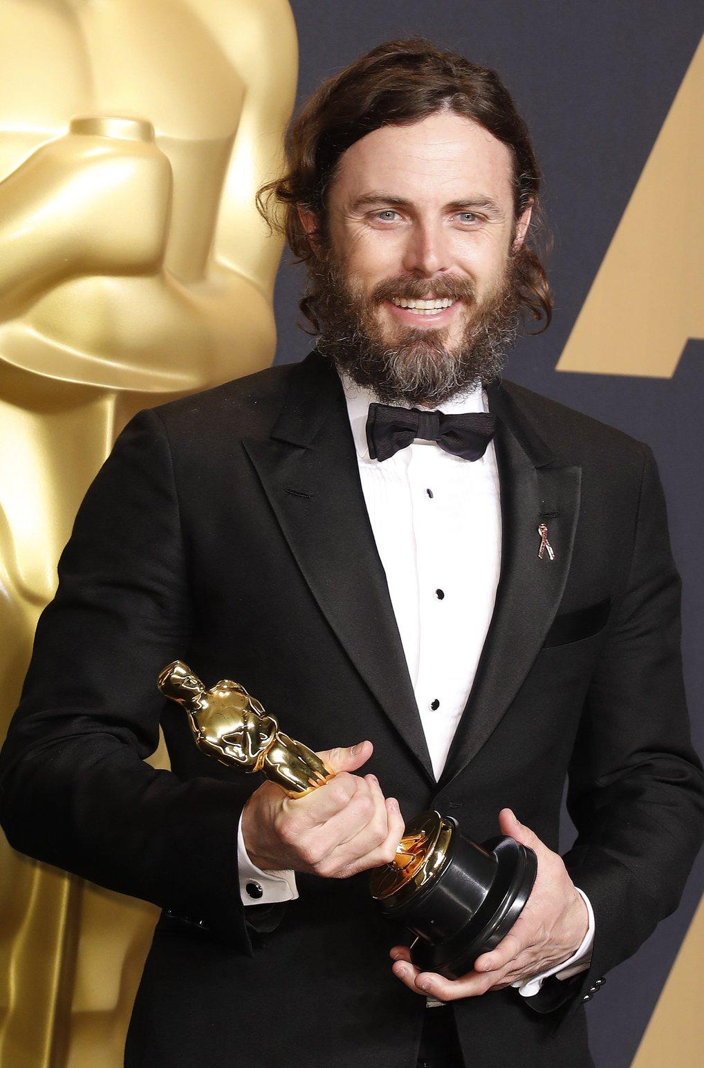 Casey Affleck amerikai színész a sajtószobában tartott fotózáson, miután átvette a legjobb férfi főszerepőnek járó elismerést A régi város (Manchester by the Sea) című filmben nyújtott alakításáért a 89. Oscar-gálán a Los Angeles-i Dolby Színházban 2017. február 26-án. (MTI/EPA/Paul Buck)