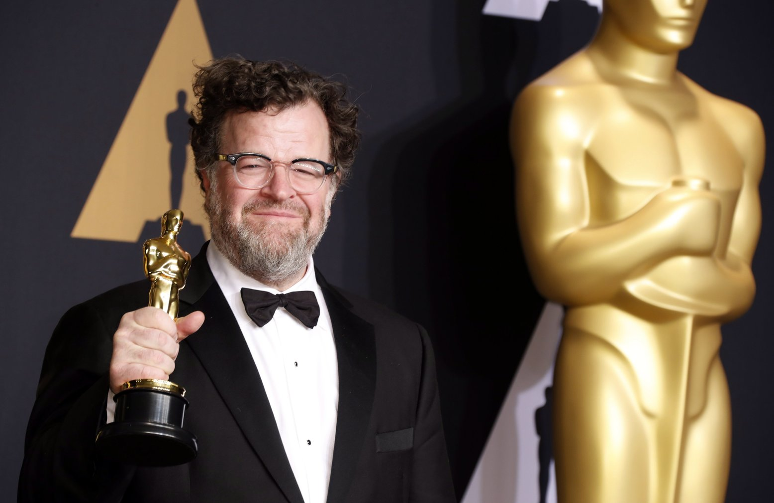 Kenneth Lonergan amerikai rendező a sajtószobában tartott fotózáson, miután átvette a legjobb eredeti forgatókönyvért odaítélt elismerést A régi város (Manchester by the Sea) című filmjéért a 89. Oscar-gálán a Los Angeles-i Dolby Színházban 2017. február 26-án. (MTI/EPA/Paul Buck)