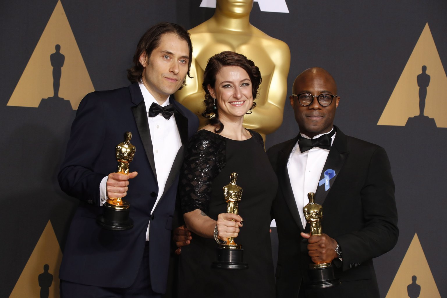 Jeremy Kleiner, Adele Romanski amerikai producerek és Barry Jenkins amerikai rendező (b-j) a sajtószobában tartott fotózáson, miután átvették a legjobb filmnek járó elismerést a Holdfény (Moonlight) című drámáért a 89. Oscar-gálán a Los Angeles-i Dolby Színházban 2017. február 26-án. (MTI/EPA/Paul Buck)
