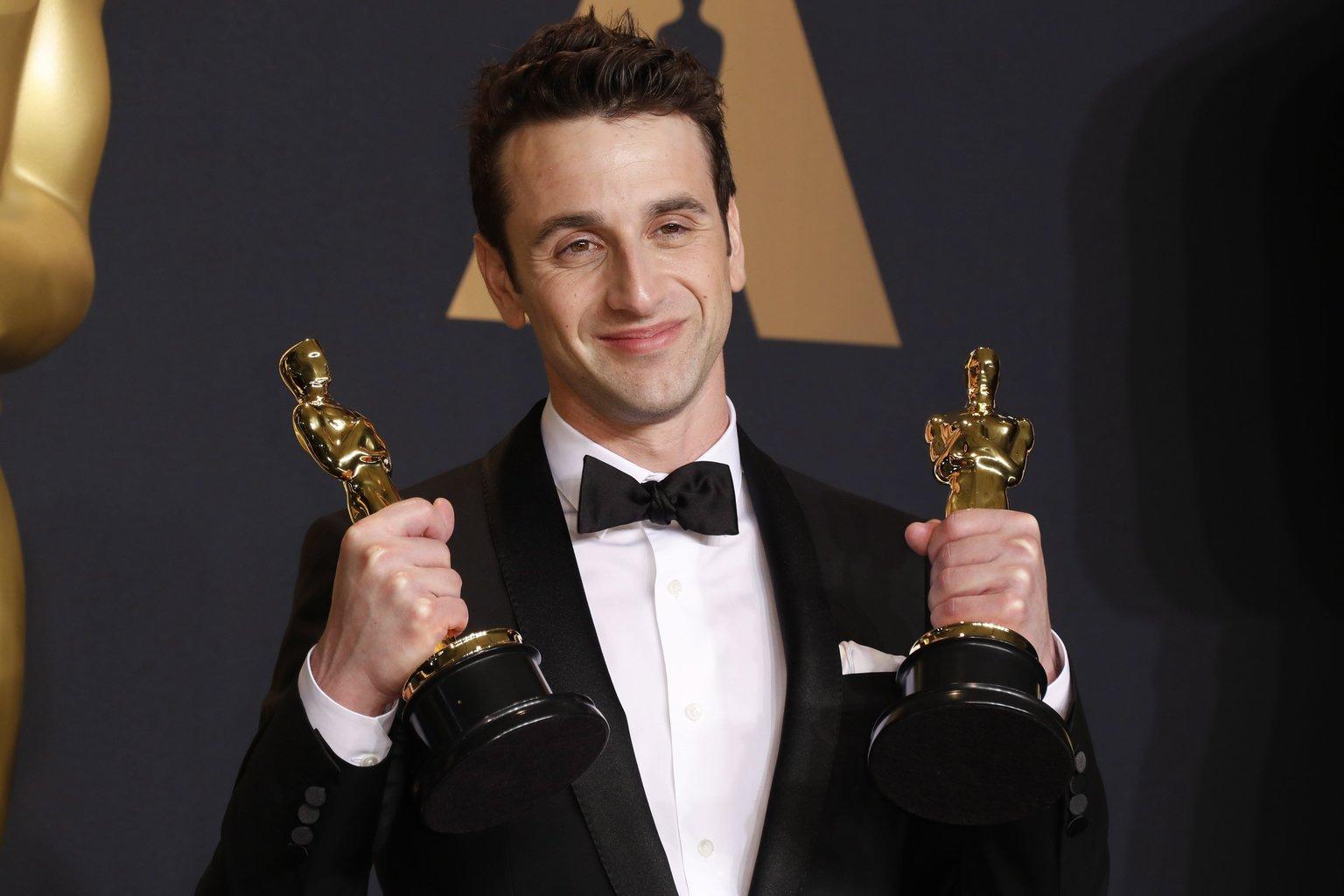 Justin Hurwitz amerikai zeneszerző a sajtószobában tartott fotózáson, miután átvette a legjobb filmzenéért és a legjobb betétdalért járó elismerést a Kaliforniai álom (La La Land) című musicalért a 89. Oscar-gálán a Los Angeles-i Dolby Színházban 2017. február 26-án. (MTI/EPA/Paul Buck)