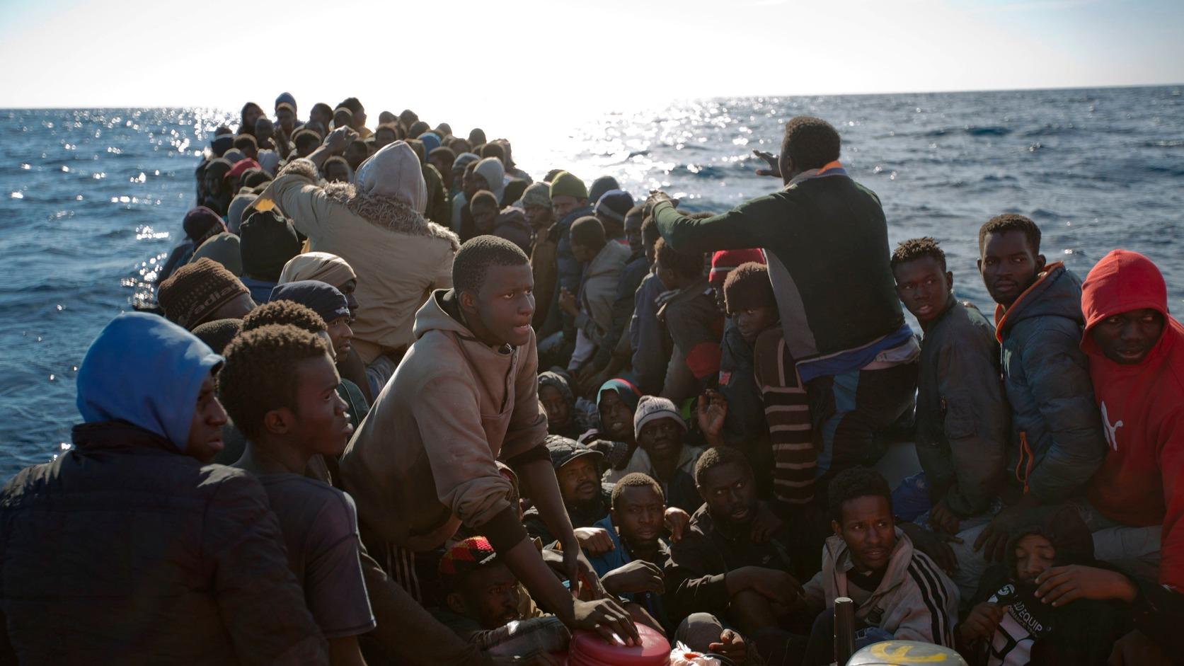 Földközi-tenger, 2017. január 27. Olaszországba igyekvő afrikai illegális bevándorlók gumicsónakjukon arra várnak, hogy a Proactive Open Arms nevű nemzetközi nem kormányzati szervezet aktivistái kimentsék őket a Földközi-tengeren, 22 mérföldre a líbiai Zumarah partjaitól 2017. január 27-én. (MTI/AP/Emilio Morenatti)
