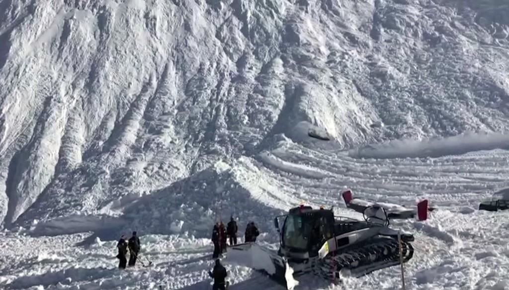 Videón, hogyan zúdul le a hólavina a svájci Alpokban