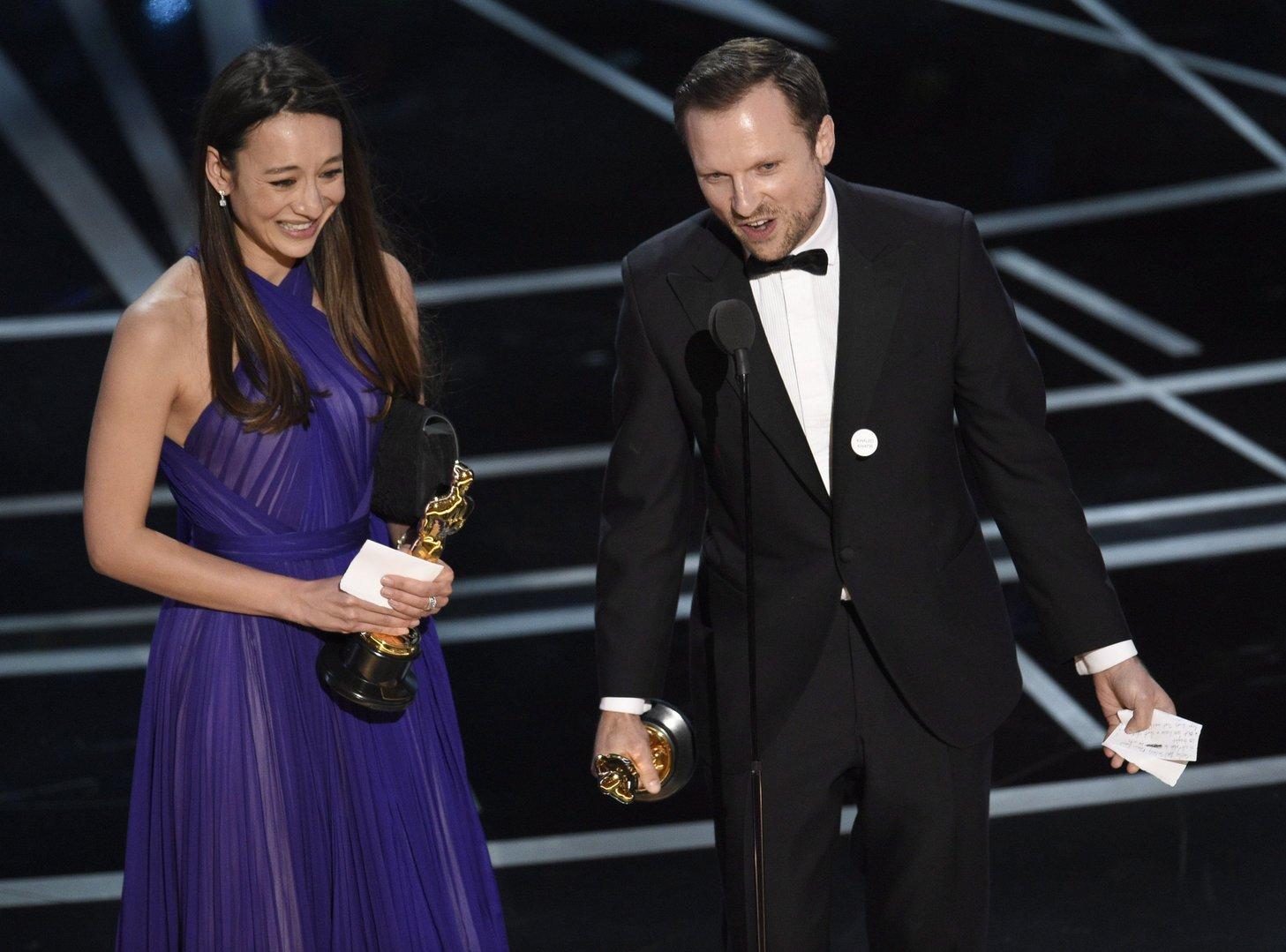 Los Angeles, 2017. február 27. Joanna Natasegara (b) és Orlando von Einsiedel filmrendezők a legjobb rövid dokumentumfilmnek járó díjjal a 89. Oscar-gálán a Los Angeles-i Dolby Színházban 2017. február 26-án. Natasegara és Orlando Von Einsiedel a The White Helmets című filmjükért részesült az elismerésben.  (MTI/AP/Chris Pizzello)
