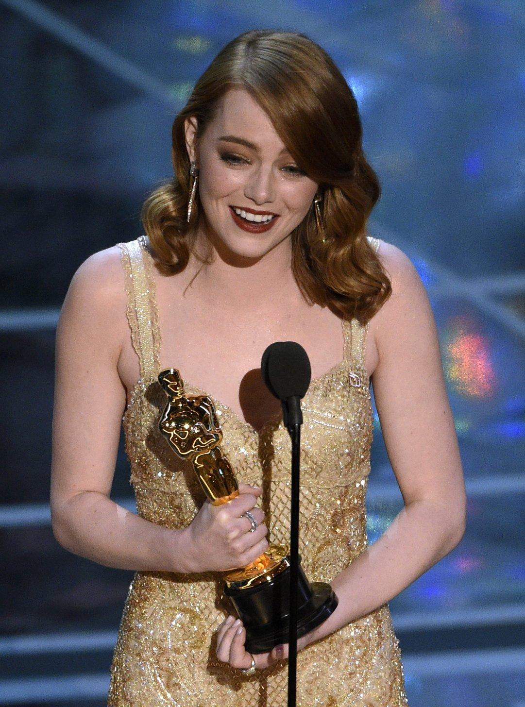 Emma Stone amerikai színésznő a legjobb női főszereplőnek járó díjjal a 89. Oscar-gálán a Los Angeles-i Dolby Színházban 2017. február 26-án. Stone a Kaliforniai álom (La La Land) című  filmben nyújtott alakításáért részesült az elismerésben.  (MTI/AP/Chris Pizzello)