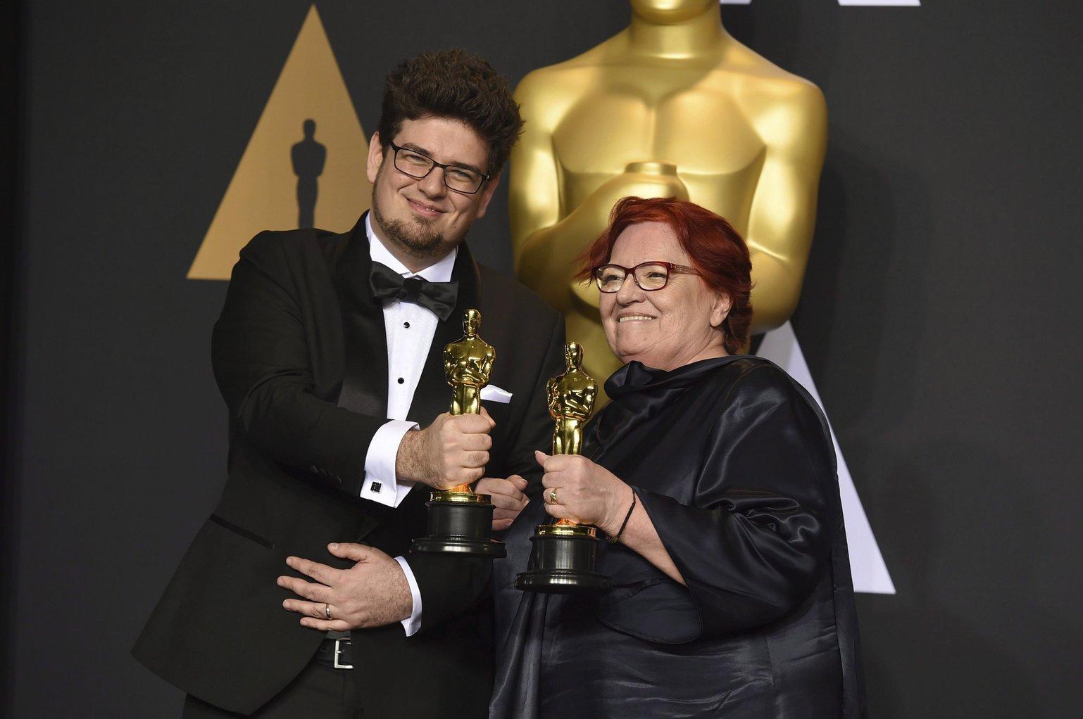 Deák Kristóf rendező és Udvardy Anna producer a legjobb rövidfilmnek járó díjjal a 89. Oscar-gálán a Los Angeles-i Dolby Színházban 2017. február 26-án. Deák Kristóf és Udvardy Anna a Mindenki című filmjéért részesült az elismerésben. (MTI/AP/Jordan Strauss)
