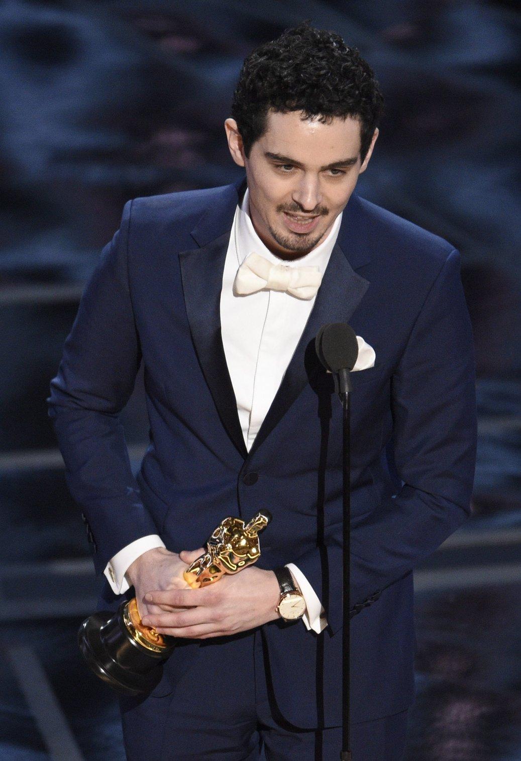 Damien Chazelle kanadai rendező a legjobb rendezőnek járó díjjal a 89. Oscar-gálán a Los Angeles-i Dolby Színházban 2017. február 26-án. Chazelle a Kaliforniai álom (La La Land) című filmjéért részesült az elismerésben. (MTI/AP/Chris Pizzello)