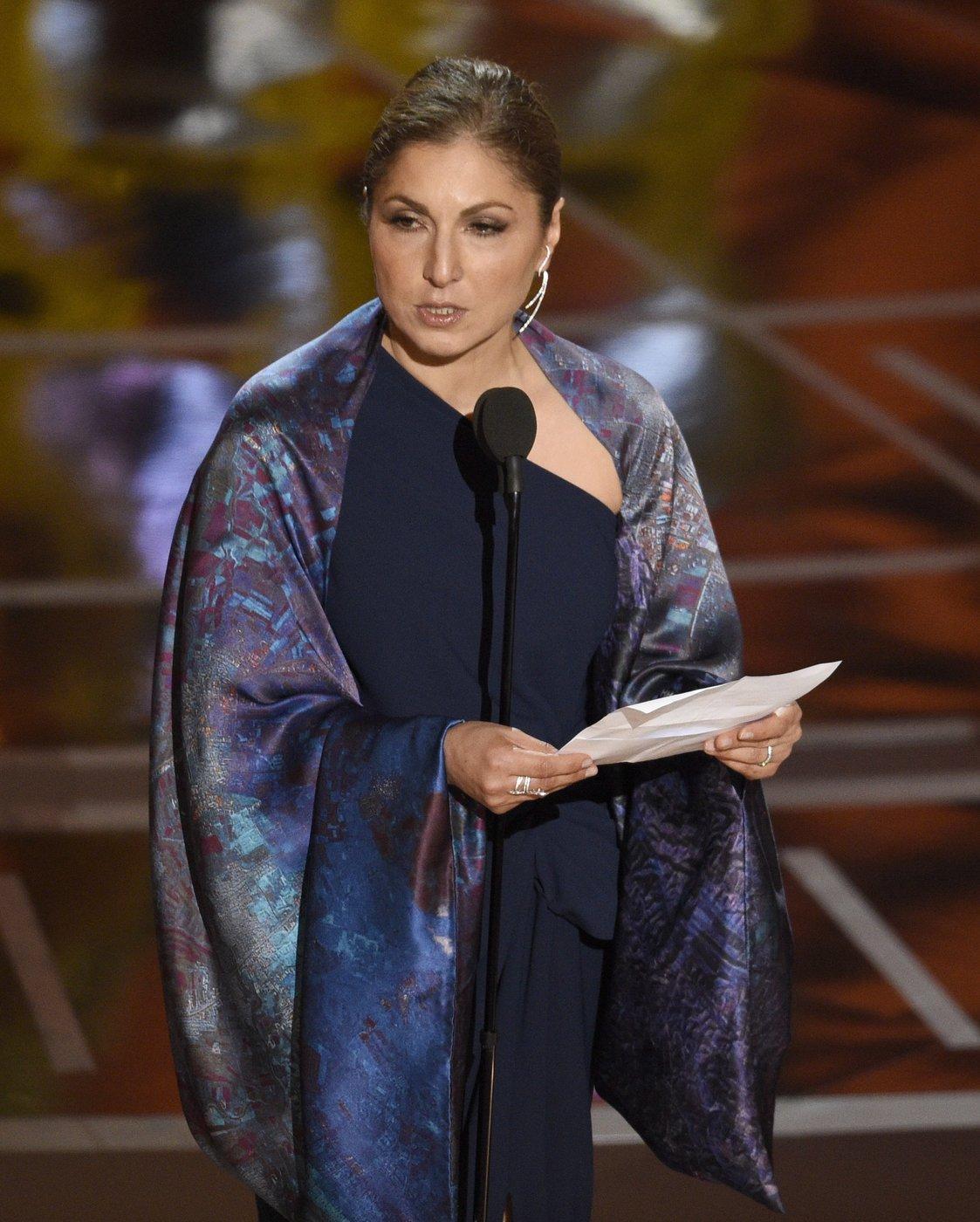Anousheh Ansari iráni származású, amerikai űrhajósnő átveszi a legjobb idegen nyelvű filmnek ítélt díjat Aszgar Farhadi iráni rendező nevében a 89. Oscar-gálán a Los Angeles-i Dolby Színházban 2017. február 26-án. Farhadi Az ügyfél (The Salesman) című című filmjéért részesült az elismerésben. (MTI/AP/Chris Pizzello)