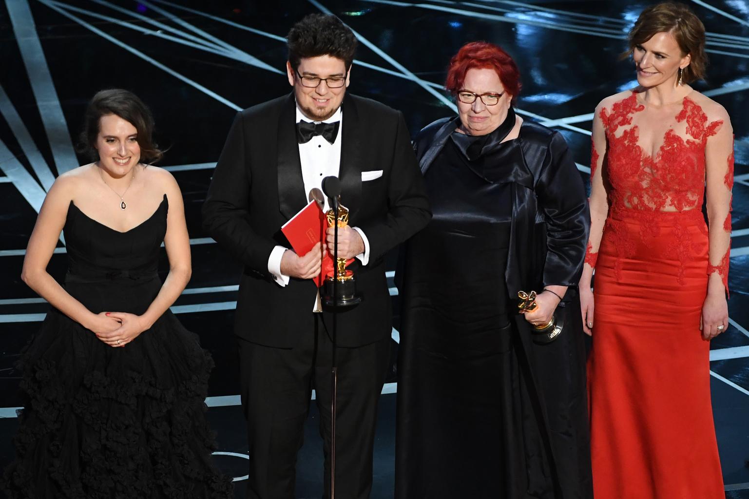Deák Kristóf és Udvardy Anna a legjobb rövidfilmért járó Oscar szoborral. Fotó: AFP