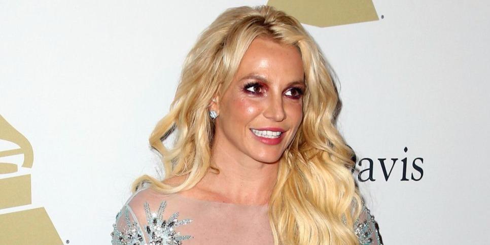 Britney Spears egy szál nyakláncban táncol a követői idegein
