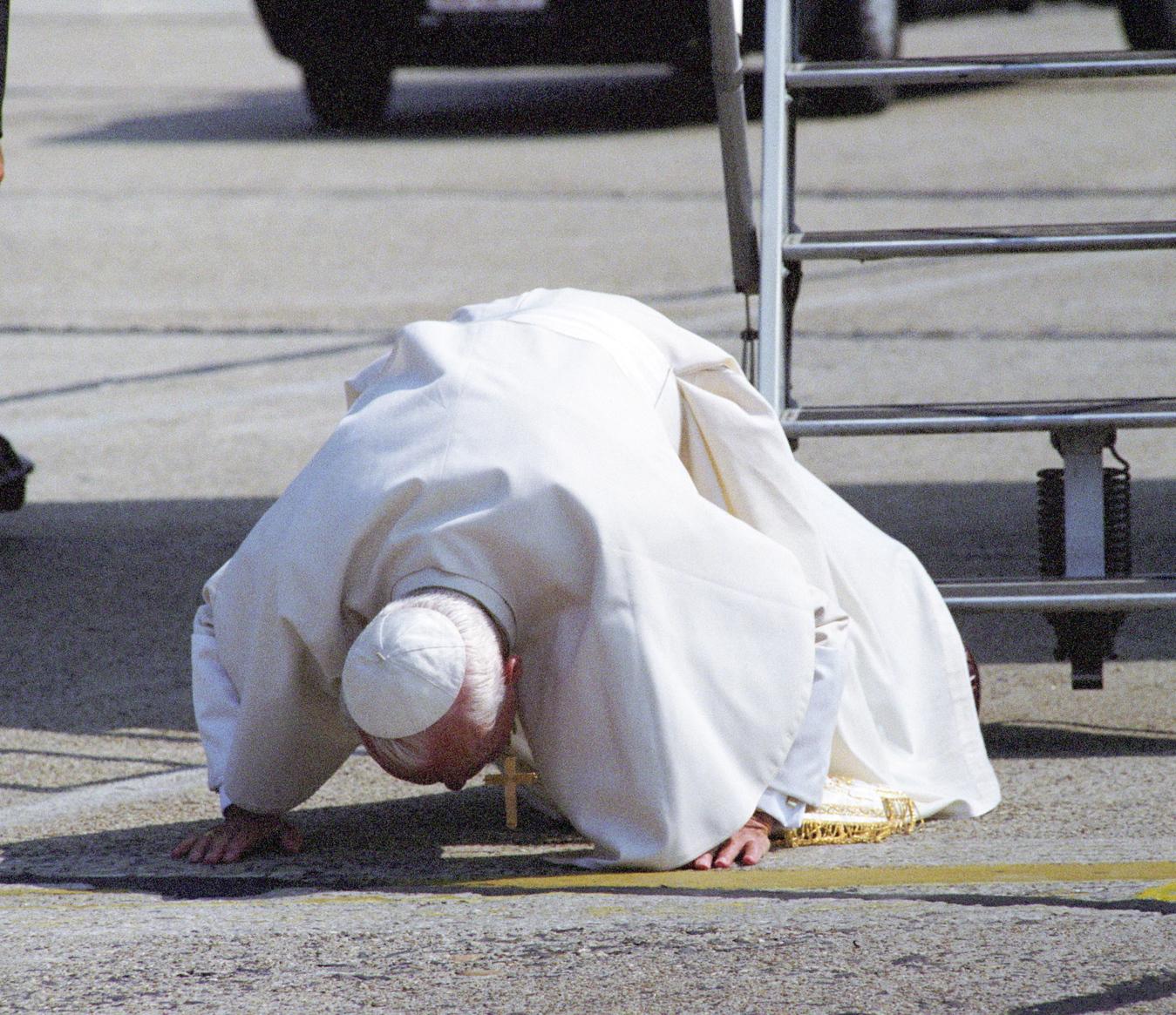 Budapest, 1991. augusztus 16. II. János Pál pápa megcsókolja hazánk földjét. A Ferihegyi repülőtéren ünnepélyes keretek között fogadták a Magyarországra érkezett katolikus egyházfőt. MTI Fotó: Soós Lajos