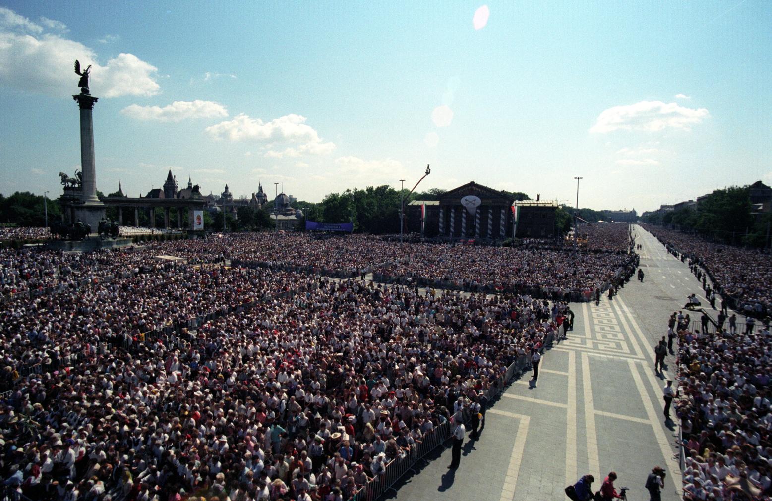 Budapest, 1991. augusztus 20. Hívők sokasága a budapesti Hősök terén, ahol államalapító Szent István napján, a Magyar Köztársaság állami ünnepén: augusztus 20-án celebrált szentmisét II. János Pál pápa.  MTI Fotó: Soós Lajos