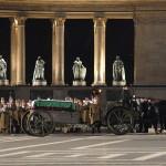 Puskás Ferencnek, az Aranycsapat 79 éves korában elhunyt labdarúgójának hat ló húzta, ágyútalpra helyezett koporsója a Hősök terén, ahol katonai tiszteletadás mellett búcsúzott a Magyar Honvédség dandártábornokától 2006. december 9-én (MTI Fotó: Beliczay László)