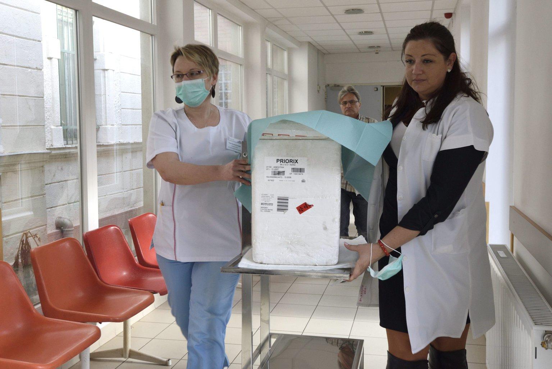 Egészségügyi dolgozók kanyaró elleni oltóanyagot tartalmazó hűtőládát visznek a makói kórházban kialakított oltópontra 2017. március 6-án. Március 4-én a Csongrád Megyei Egészségügyi Ellátóközpont makói telephelyén az egészségügyi személyzet körében kimutatott kanyarómegbetegedések miatt zárlatot rendeltek el a makói kórház fekvőbetegeket ellátó osztályain és sürgősségi részlegén. MTI Fotó: Kelemen Zoltán Gergely