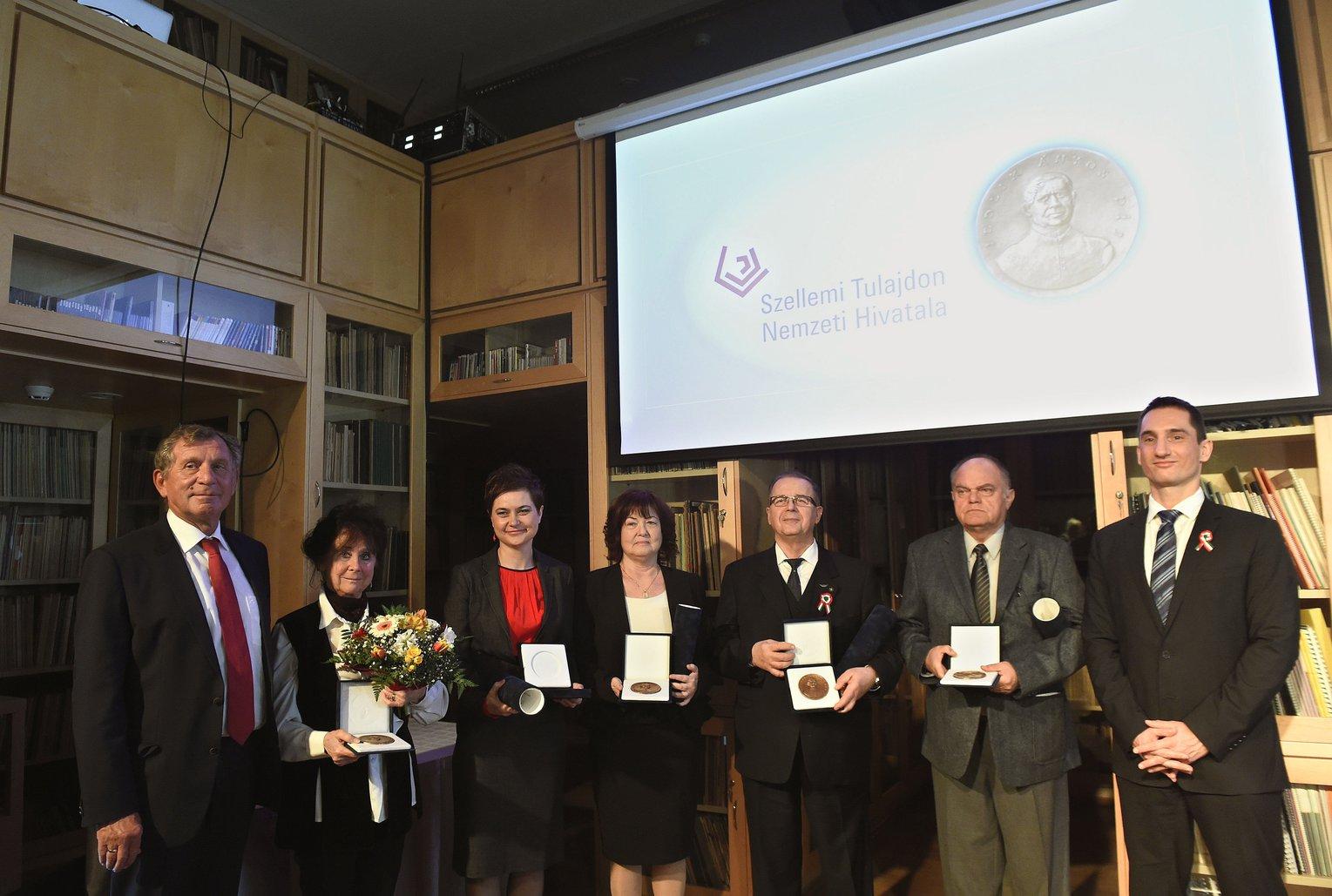 A díjazottak, illetve képviselőik, Takáts Attiláné, a díjazott Takáts Zoltán kutatóvegyész, az Imperial College professzorának édesanyja (b2), Ilku Lívia gyógyszerész, a Magyarországi Gyógyszergyártók Szövetségének igazgatója (b3), Farkasné Fenyves Judit, a díjazott Farkas József gépészmérnök, a Sanatmetal Kft. tulajdonos igazgatójának felesége (b4), Mészáros Antal, a hódmezővásárhelyi Csomiép Betonmelior Kft. ügyvezető igazgatója (j3) és Glódi István villamosmérnök, nyugdíjas szabadadalmi elbíráló (j2), valamint a díjátadók, Luszcz Viktor, a Szellemi Tulajdon Nemzeti Hivatal elnöke (j) és Lepsényi István gazdaságfejlesztésért és -szabályozásért felelős államtitkár (b) az idei Jedlik Ányos-díjak átadásán a BMC Magyar Zenei Információs Központ és Könyvtárban 2017. március 13-án. MTI Fotó: Bruzák Noémi