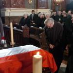 Grosics Gyula és Buzánszky Jenő, az egykori Aranycsapat tagjai fejet hajtanak Puskás Ferencnek, az Aranycsapat  2006. november 17-én, 79 éves korában elhunyt labdarúgójának koporsója előtt a Szent István-bazilikában 2006. december 9-én (MTI Fotó: Kovács Tamás)