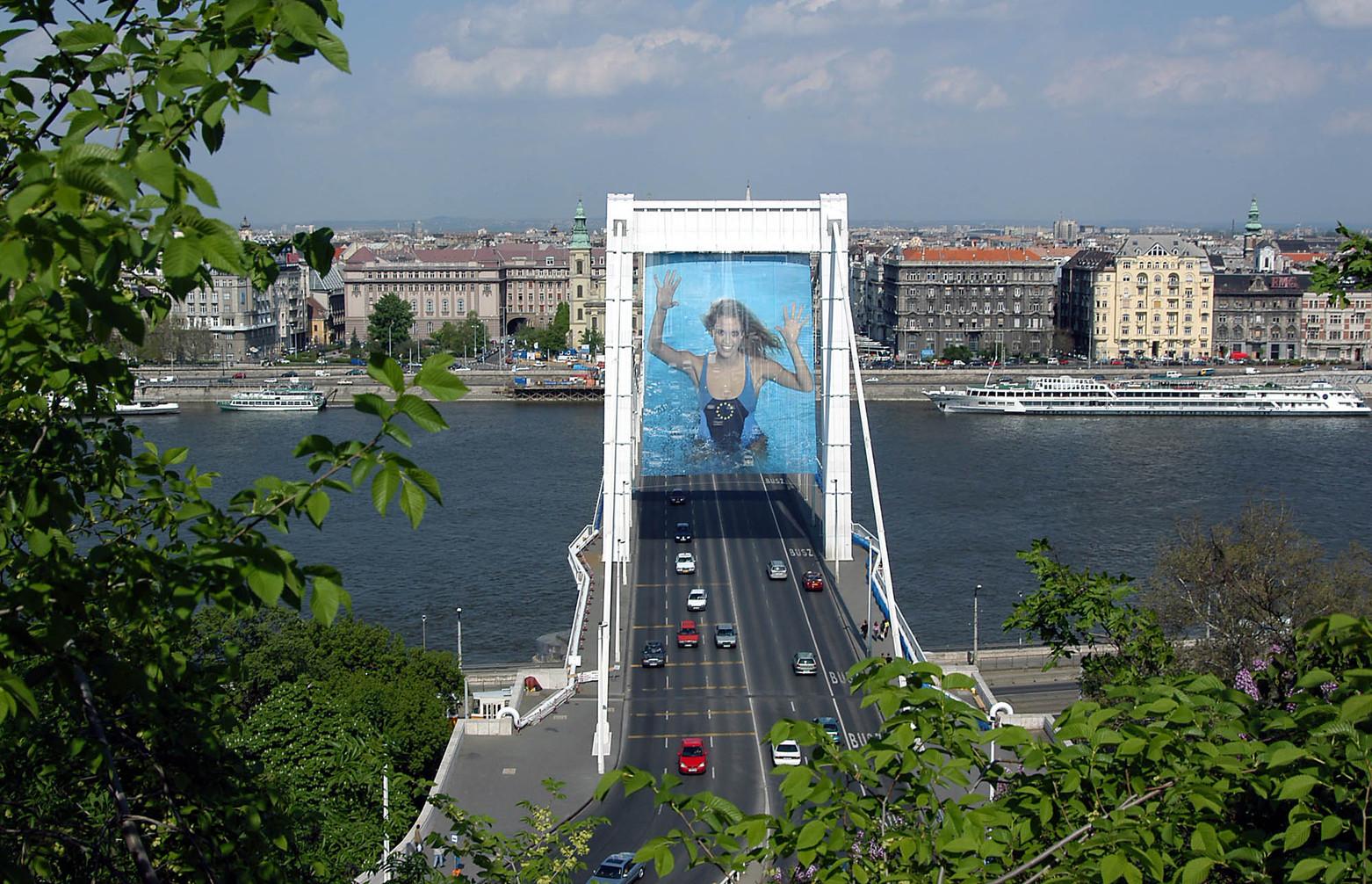 Budapest, 2004. április 29. Az uniós csatlakozás tiszteletére óriásplakátokkal díszítik fel az Erzsébet hidat. MTI Fotó: Honéczy Barnabás