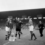 Párizs, 1956. október 7.<br /> Helyválasztás a Franciaország-Magyarország barátságos labdarúgó-mérkőzés kezdetén a párizsi Stade Olympique de Colombes-ban 1956. október 7-én. Balra Puskás Ferenc, a magyar labdarúgó-válogatott tagja. Végeredmény: 1:2 (MTI Fotó: Komlós Tibor)