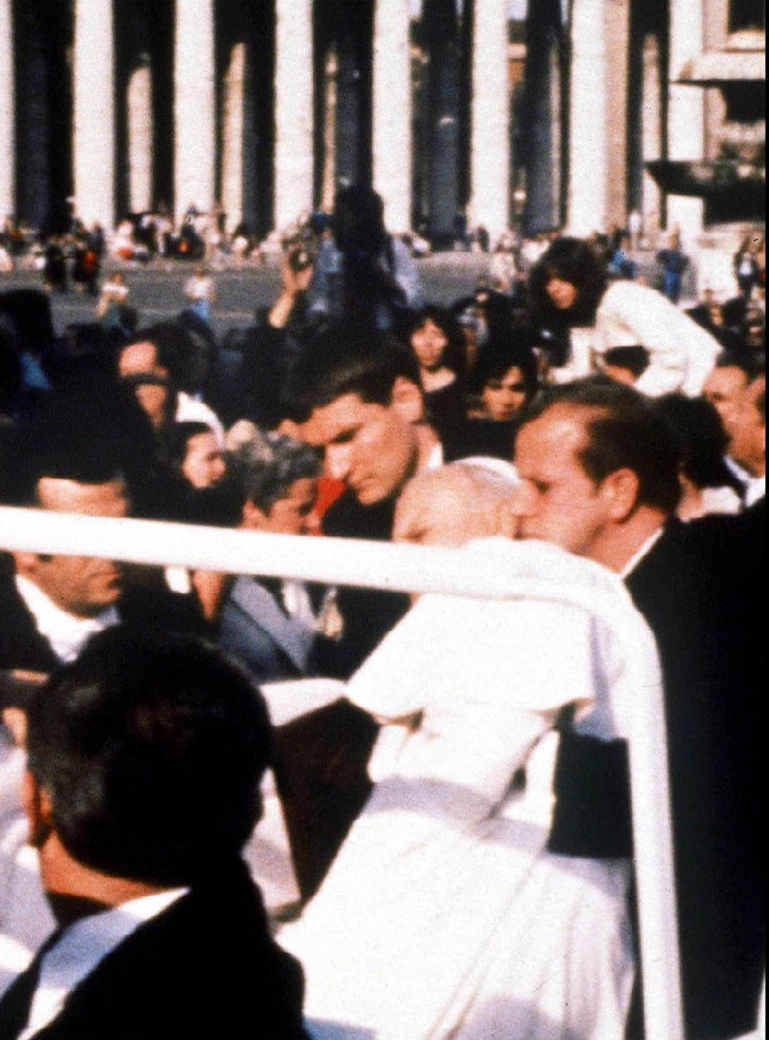 Vatikánváros, 1981. május 13. II. JÁNOS PÁL  pápa, a római katolikus egyház feje összeesik, miután egy török szélsőjobboldali csoport, a Szürke Farkasok egyik tagja, Mehmet Ali AGCA rálőtt a római Szent Péter téren.  (MTI/EPA/ANSA)