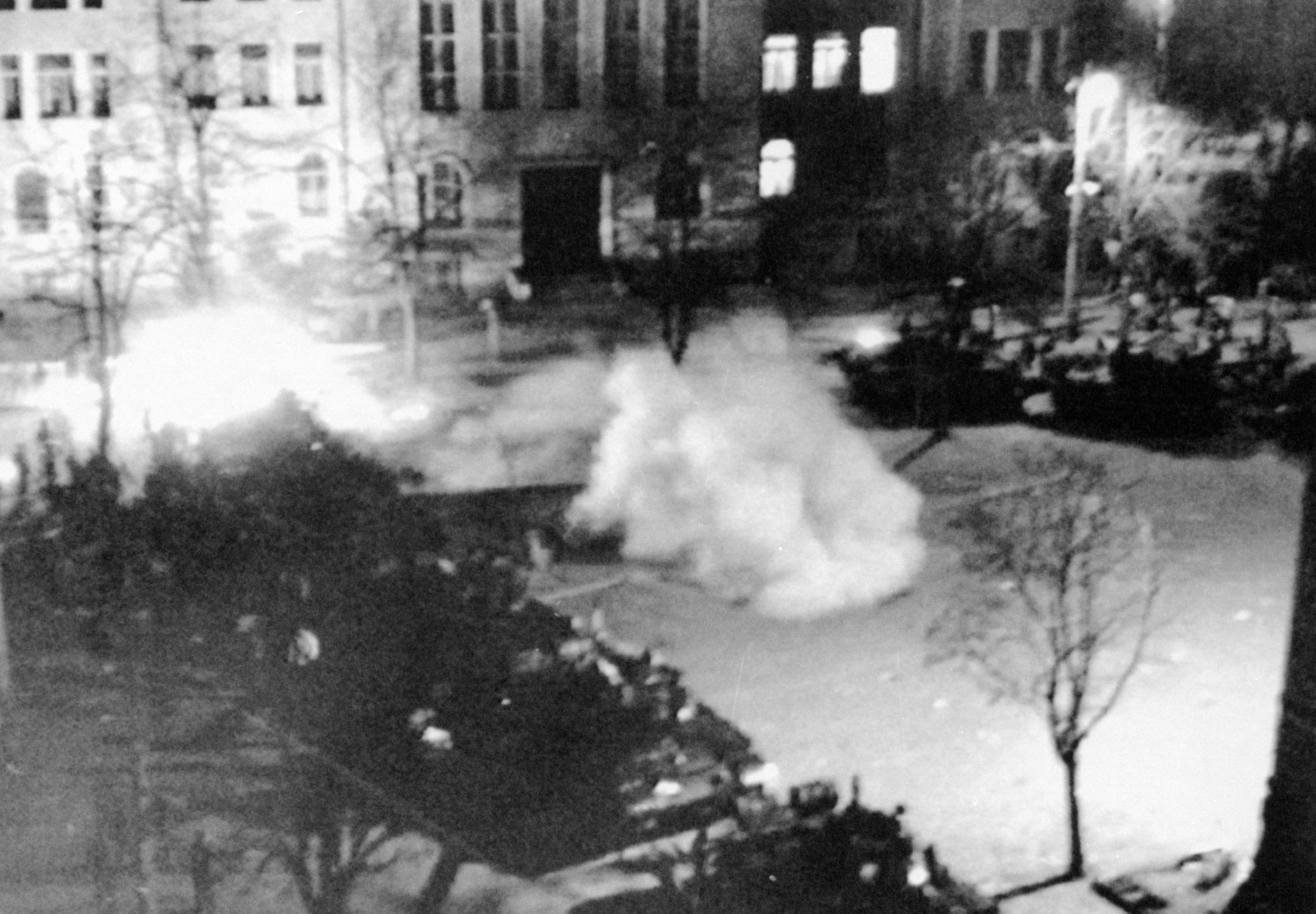 Tüntetők Marosvásárhelyen 1990. március 20-án. A kisebbségi jogaikért tüntető magyarok és a jogok megadását ellenző románok közötti összecsapás következtében hat ember meghalt, 300 megsebesült. (MTI/ROMPRESS)