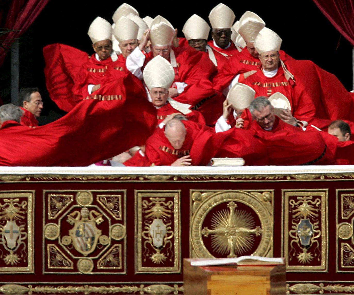 Erős szél lobogtatja a bíborosok palástját, amikor elfoglalják helyüket II. János Pál pápa temetési szertartásán a vatikáni Szent Péter téren 2005. április 8-án. A 84 éves korában, április 2-án elhunyt római katolikus egyházfőt a vatikáni Szent Péter-székesegyház altemplomában helyezték végső nyugalomra (MTI/EPA/Maurizio Brambatti)