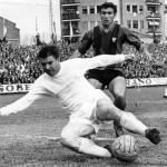 Az 1963-64-es idényben készült kép Puskás Ferenc magyar labdarúgóról (elöl), a spanyol Real Madrid játékosáról az első osztályú spanyol bajnokságban játszott Real Madrid-Levante mérkőzésen. A találkozó 1-0 arányú Real Madrid győzelemmel ért véget (MTI/EPA)