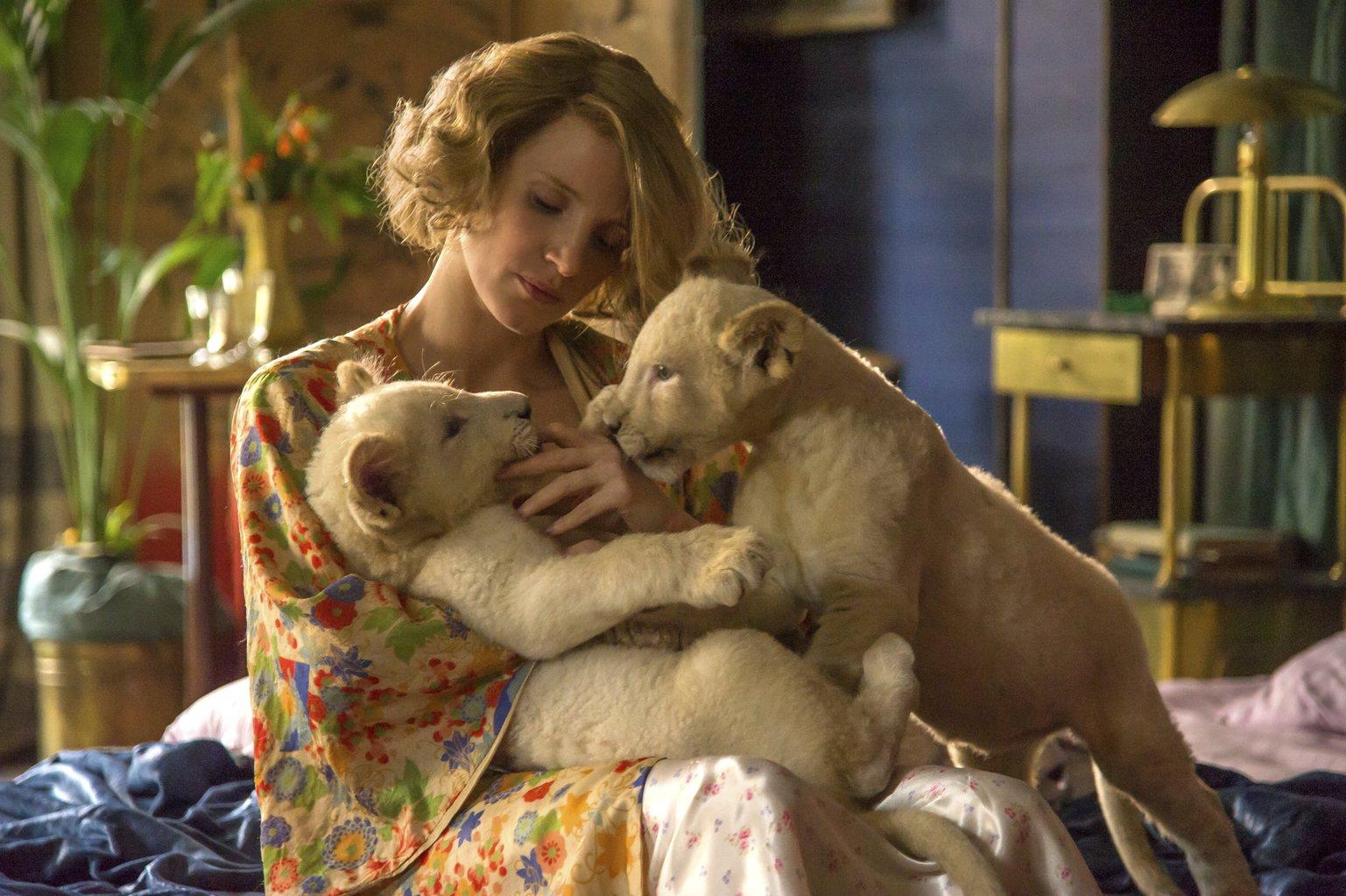 A Focus Features filmstúdió által közreadott kép Jessica Chastain amerikai színésznőről a Menedék (The Zookeeper's Wife) című filmje egyik jelenetében. Chastain az 1939-ben Lengyelországban játszódó életrajzi dráma főszereplője. (MTI/AP/Anne Marie Fox/Focus Features)