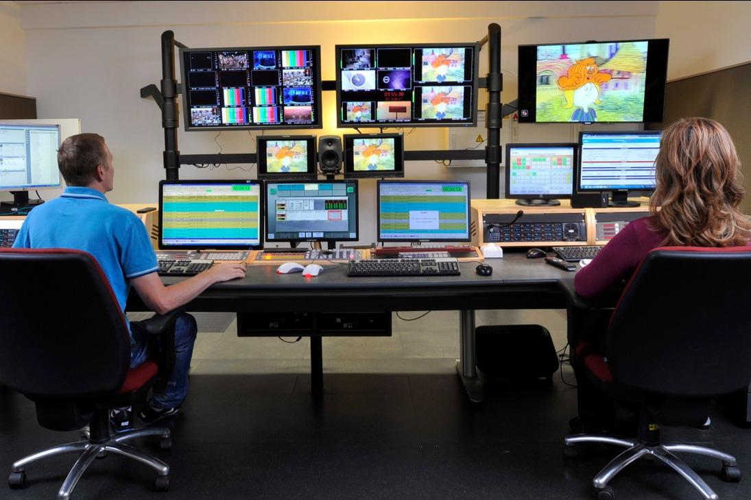 Cserháti László lebonyolítási operátor (b) és Máriaházy Andrea adásvezető az MTVA Kunigunda utcai gyártóbázisának az M2 televíziós csatorna adását lebonyolító helyiségében. A gyártóbázison az M1, M2, Duna és Duna World televíziós csatornák adásvezetése külön-külön helyiségekben működik. Az ott dolgozó munkatársak gondoskodnak arról, hogy az egyes csatornák műsorai adásba kerüljenek és eljussanak a nézőkhöz. MTVA Fotó: Zih Zsolt
