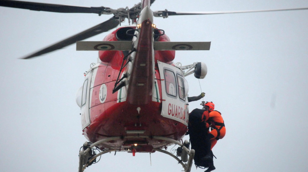Helikopterrel mentik ki a bajbajutott norvég luxushajó utasait