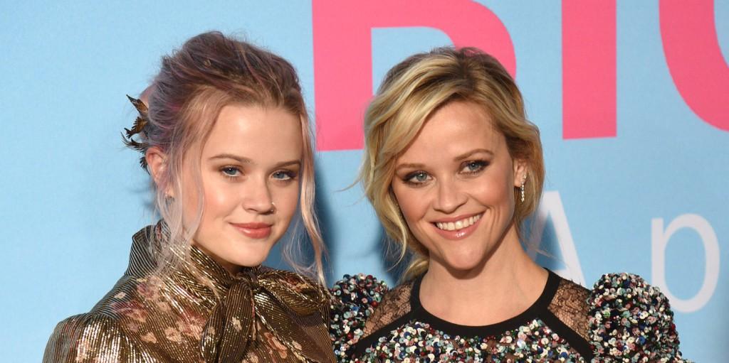 Reese Witherspoon lánya, még anyukájánál is idősebbnek látszik az új családi képen