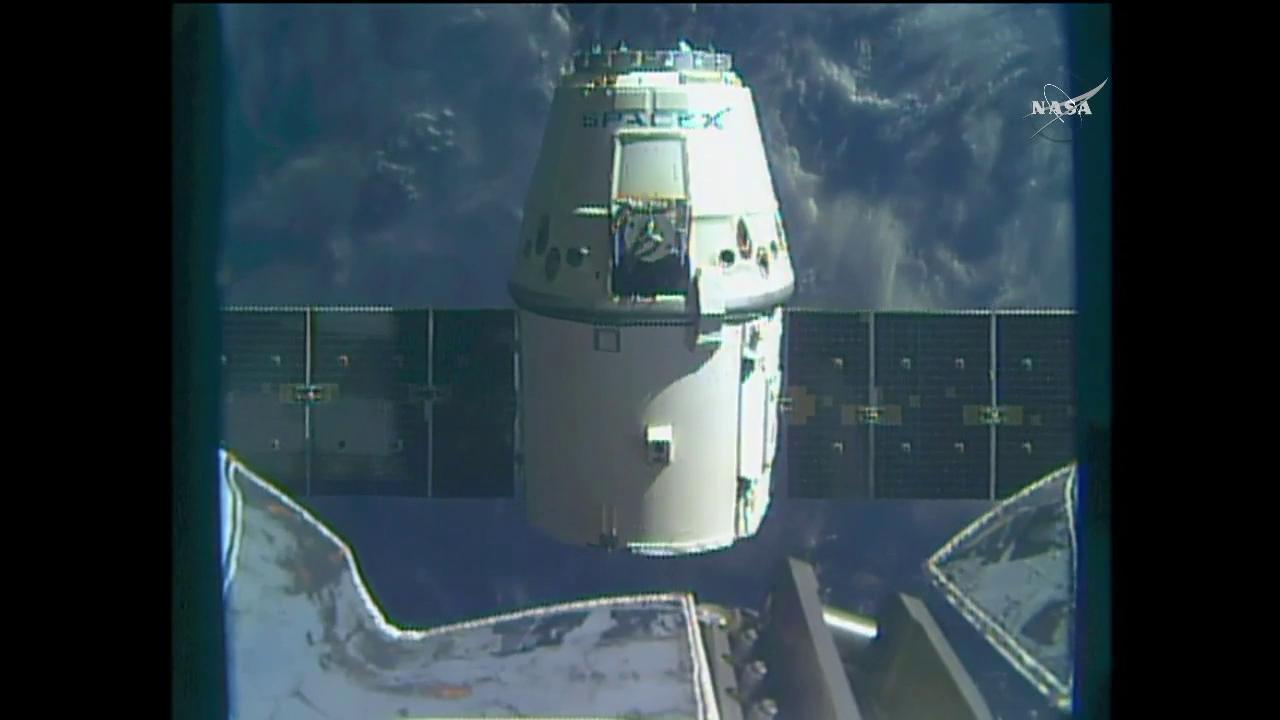 A Dragon leválasztása az űrállomásról. (Fotó: NASA TV)
