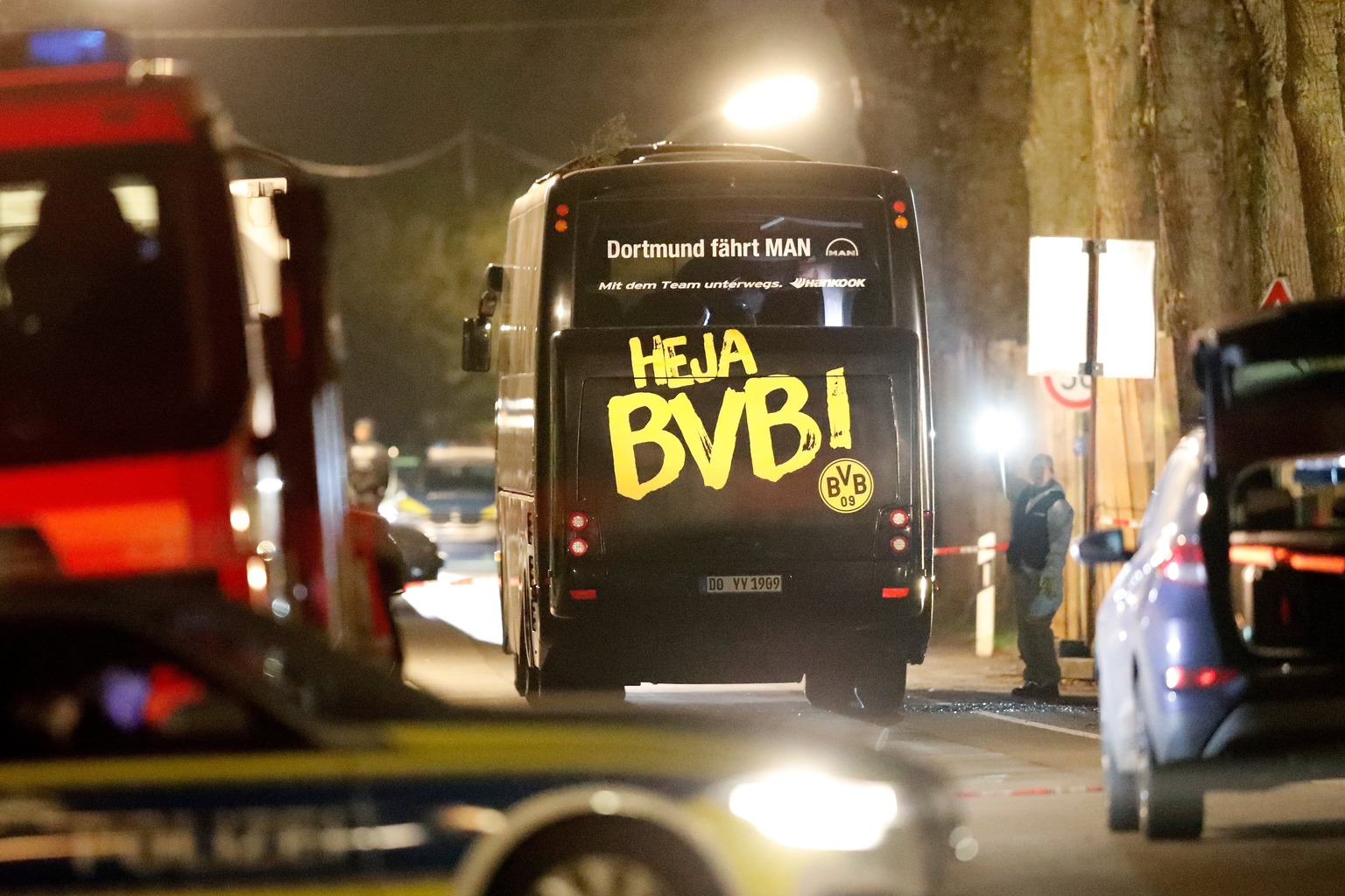 A Borussia Dortmund német labdarúgócsapat megrongálódott busza Dortmundban 2017. április 11-én, miután robbanások történtek a jármű közelében az AS Monaco elleni Bajnokok Ligája negyeddöntő mérkőzés előtt. Sajtóértesülések szerint a csapat egyik védője, Marc Bartra megsebesült a detonációkban. (Fotó: MTI/EPA/Friedmann Vogel)