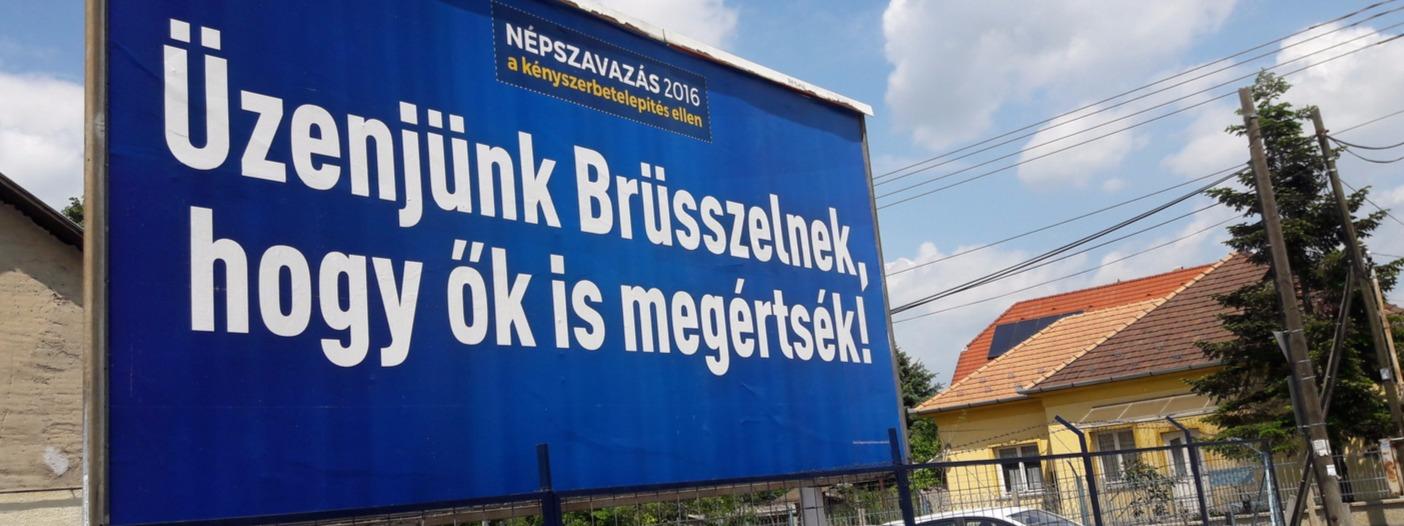 Üzenjük Brüsszelnek, hogy ők is megértsék! - felirattal látható a magyar kormány plakátja a budapesti Rákosi úton 2016. május 18-án (Fotó: MTVA/Jerez Gyula)
