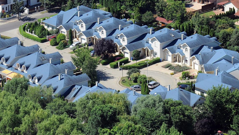 A debreceni Liget lakópark kék tetejű házainak látképe - képünk illusztráció (MTVA Fotó: Oláh Tibor)