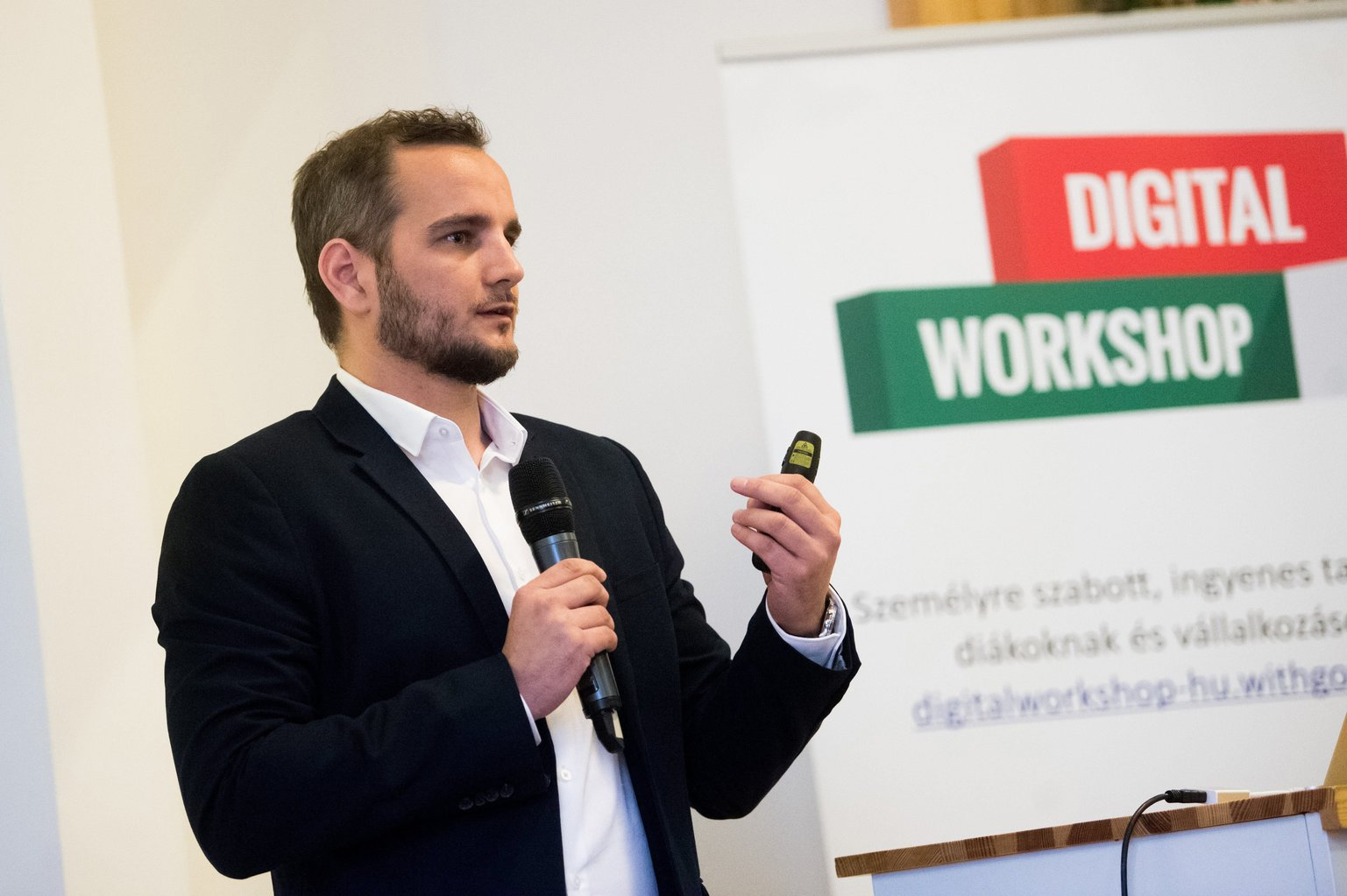 Boros Botond, a Google Magyarország marketingigazgatója a cég digitális készségek fejlesztését célzó idei programjairól tartott sajtótájékoztatón. (MTI Fotó: Balogh Zoltán)