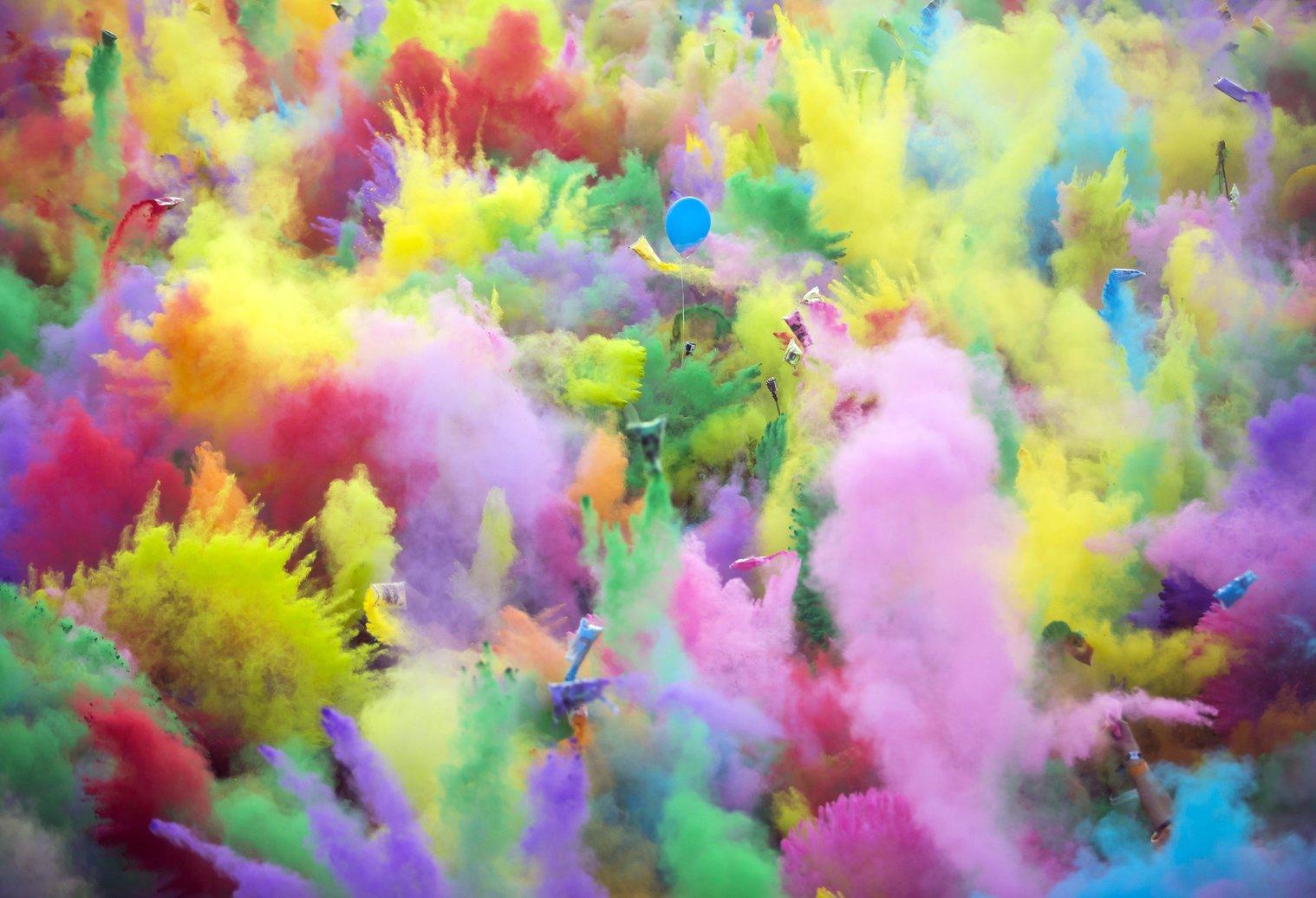 """Színes festékport szórnak egymásra a """"Color Party"""" résztvevői a nagyszínpad előtt a budapesti Hajógyári-szigeten a 24. Sziget fesztivál második napján, 2016. augusztus 13-án - képünk illusztráció (MTI Fotó: Mohai Balázs)"""