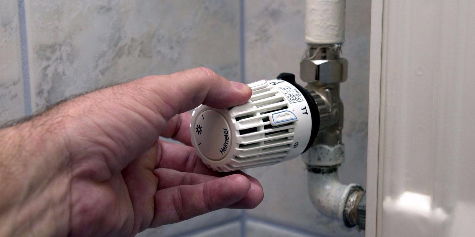 Pécs, 2002. november 28.Lakásonként önállóan szabályozható és hőmennyiség-méréssel rendelkező fűtési rendszert adtak át Pécsett a százkét lakást magába foglaló tizenhét emeletes lakóépületben. A hatvan millió forintos korszerűsítés során felújították a ház hőközpontját és az összes radiátort termosztatikus szeleppel látták el. A képen: az új termosztatikus szeleppel ellátott radiátor.MTI Fotó: Kálmándy Ferenc