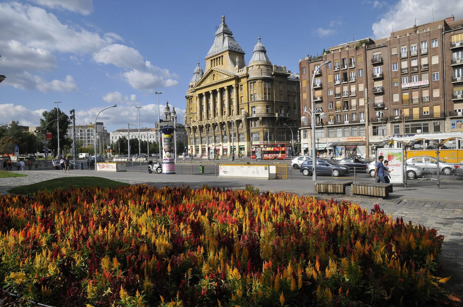 Budapest, 2009. szeptember 9.  Az Anker-ház (k), mellette jobbra a Madách-házak egyik épülete a Károly körúton. Az előtérben a Városháza park részlete látható. MTI Fotó: Kovács Sándor