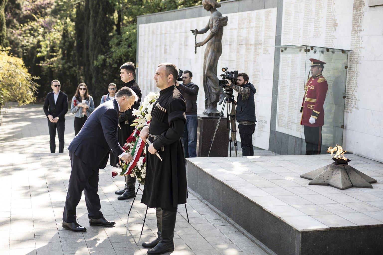 A Miniszterelnöki Sajtóiroda által közzétett képen Orbán Viktor kormányfő megkoszorúzza a hősi emlékművet Tbilisziben 2017. április 21-én. MTI Fotó: Miniszterelnöki Sajtóiroda / Szecsődi Balázs