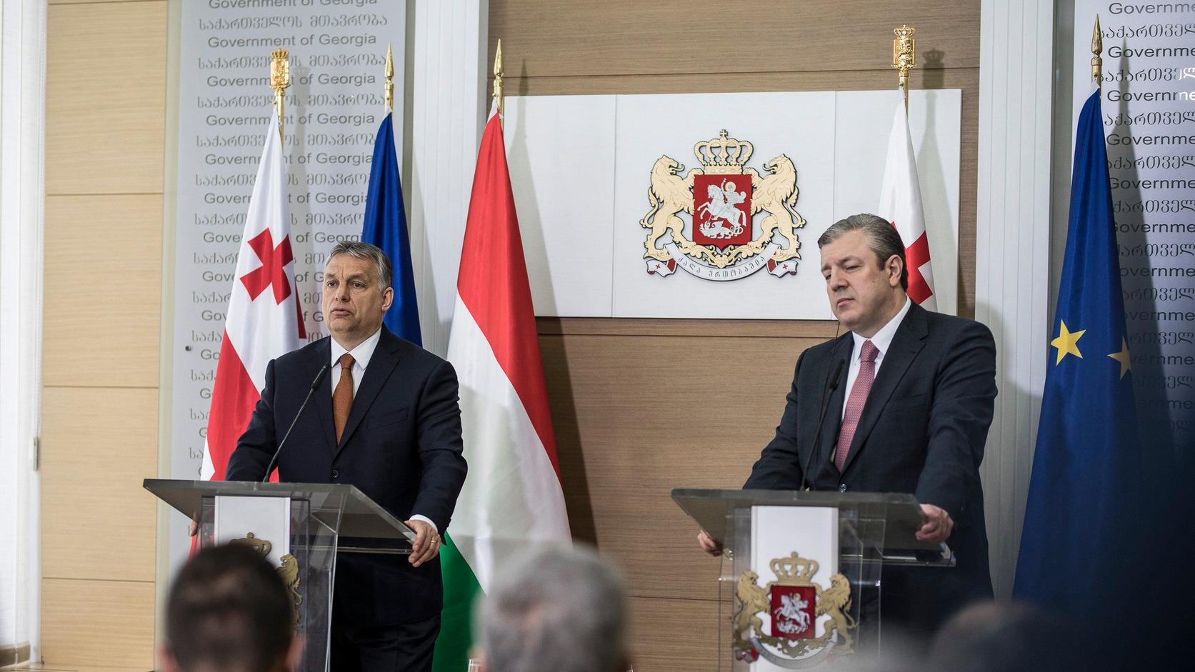 Tbiliszi, 2017. április 21. A Miniszterelnöki Sajtóiroda által közzétett képen Orbán Viktor kormányfő (b) és Giorgi Kvirikasvili grúz miniszterelnök sajtótájékoztatót tart Tbilisziben 2017. április 21-én. MTI Fotó: Miniszterelnöki Sajtóiroda/Szecsődi Balázs