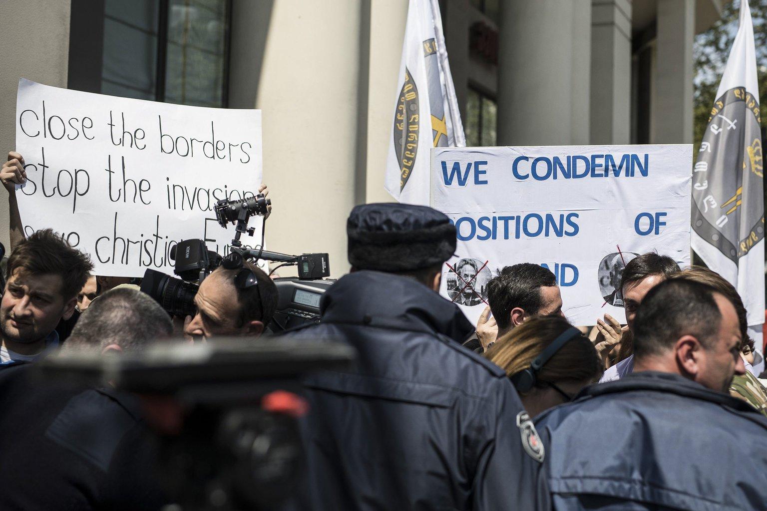 A Miniszterelnöki Sajtóiroda által közzétett képen Orbán Viktor miniszterelnök politikáját támogató tüntetők a magyar-grúz üzleti fórumnak helyet adó szálloda előtt Tbilisziben 2017. április 21-én. MTI Fotó: Miniszterelnöki Sajtóiroda / Szecsődi Balázs
