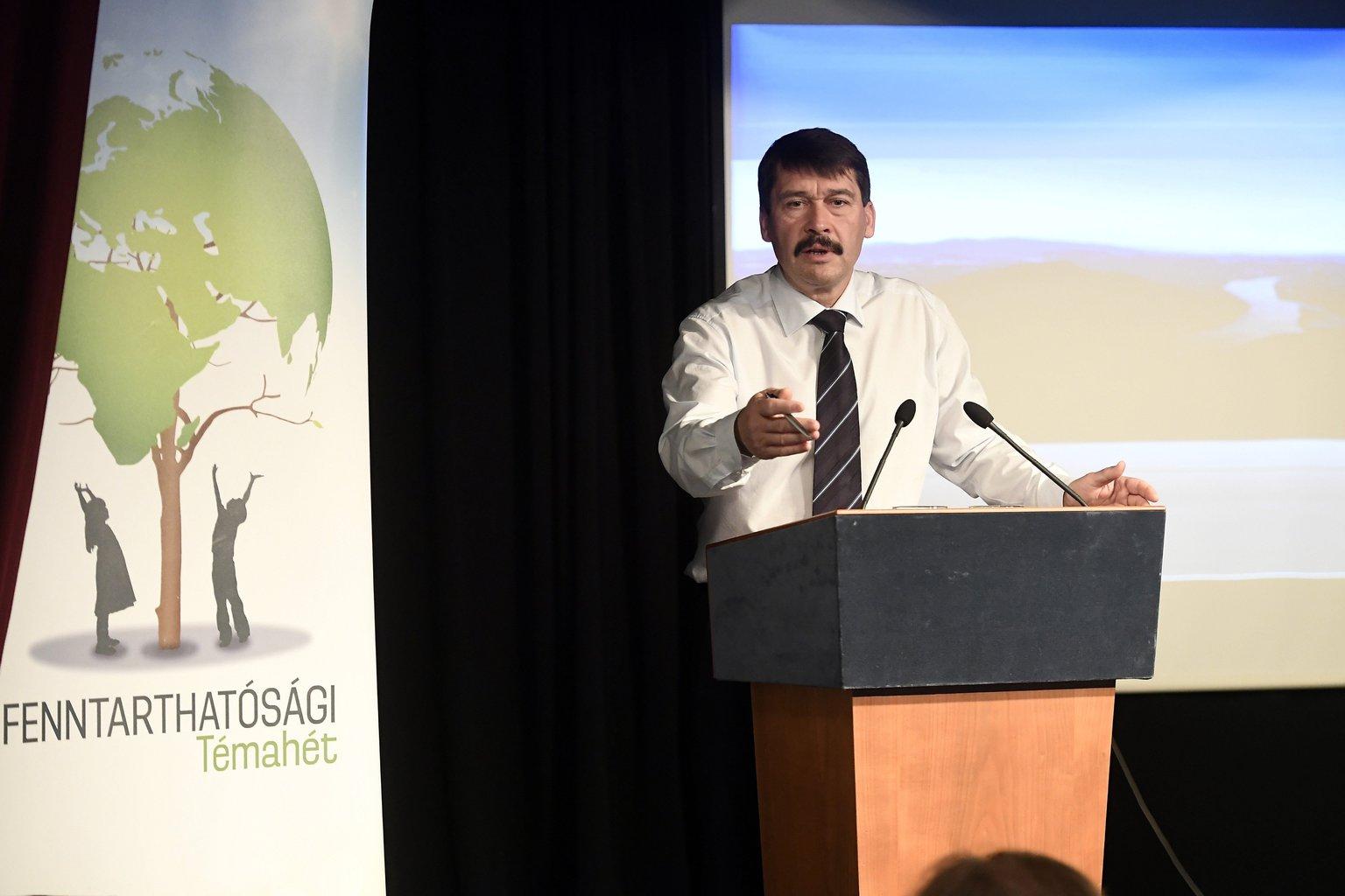 Áder János köztársasági elnök előadást tart a budapesti Trefort Gimnázium fenntarthatósági témahetének keretében 2017. április 25-én. MTI Fotó: Kovács Tamás