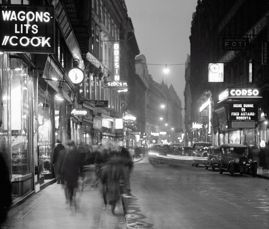 Budapest, 1935 körül A Váci utca részlete, jobb oldalon a Corso mozival.  A felvétel készítésének pontos dátuma ismeretlen. MTI Fotó: Haár Ferenc